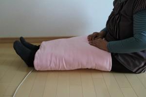 膝に巻きつけて温められます。